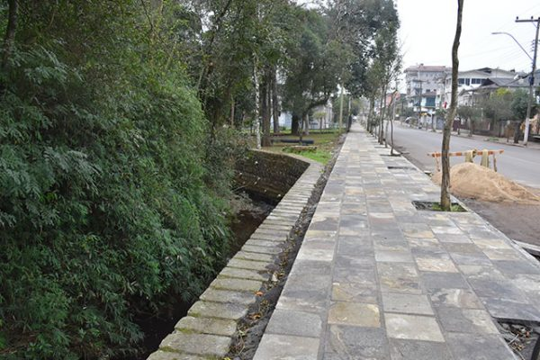 Nova calçada está sendo concluída no Bairro Planalto