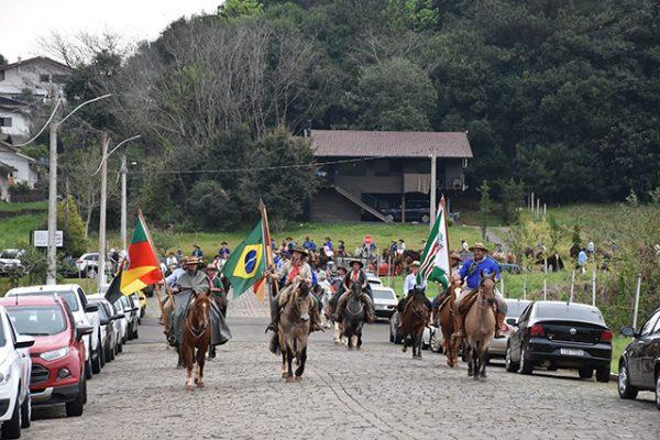 Cavalgada da Amizade é recepcionada em Serafina Corrêa