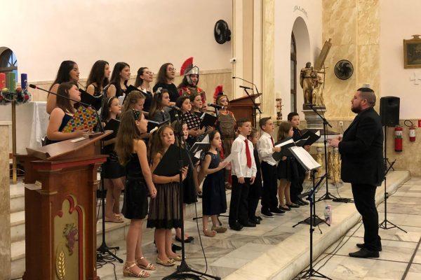 Coral Municipal Os Canarinhos abriu a programação do Natal Amore Mio em Serafina Corrêa