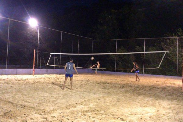 Quadra esportiva de areia recebeu iluminação