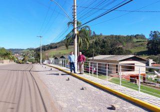 Prefeito Valdir e Vice-Prefeito Eduardo acompanham finalização de obra no Bairro Aparecida